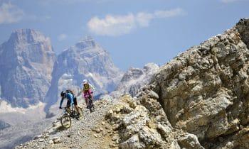 Spektakuläre Ausblicke hinter jeder Kurve – Cortina d'Ampezzo bietet abwechslungsreiche Touren für Radsportler inmitten der UNESCO-Dolomiten