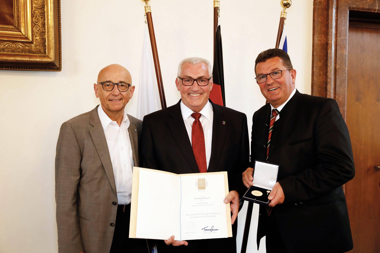 Bayerische Staatsmedaille für Ferdinand Munk – Wirtschaftsminister Pschierer ehrt Geschäftsführer der Günzburger Steigtechnik für  besondere Verdienste um die bayerische Wirtschaft