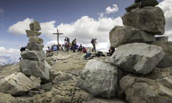 Inmitten der Steinmännchen – Lagazuoi Cairn Festival: Teilnehmer errichten wieder Felsskulpturen vor der atemberaubenden Bergkulisse der UNESCO-Dolomiten