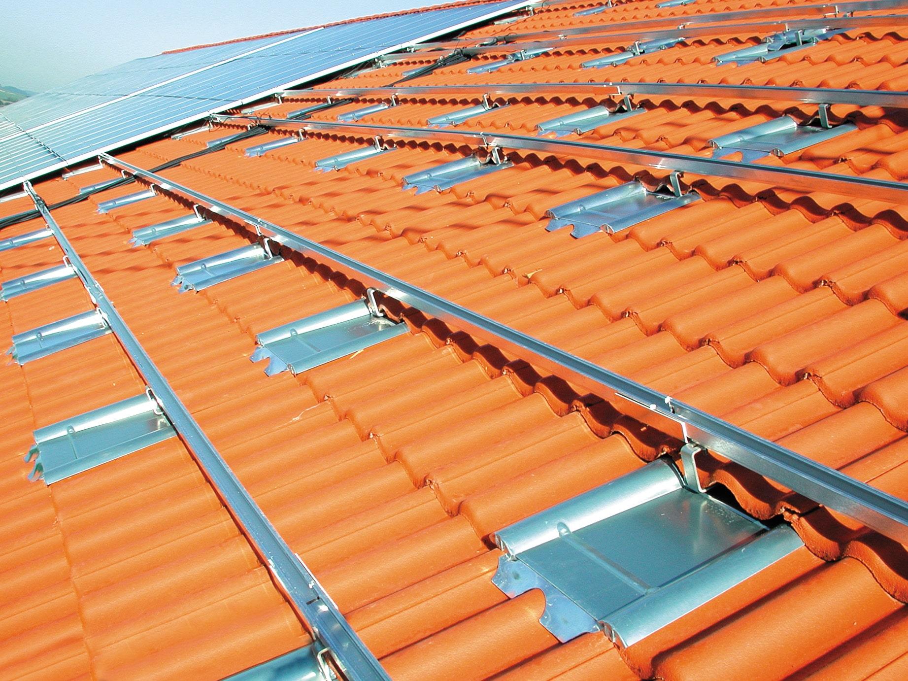 Sicherheitsplus für Solaranlagen – Unsachgemäße Montage: Mit der Metalldachplatte von Marzari gehören kostspielige Dachschäden der Vergangenheit an