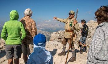 In luftiger Höhe dem Großen Krieg auf der Spur – Cortina d'Ampezzo: Im Herzen der UNESCO-Dolomiten erwecken Fremdenführer in historischen Uniformen die Geschichte zum Leben