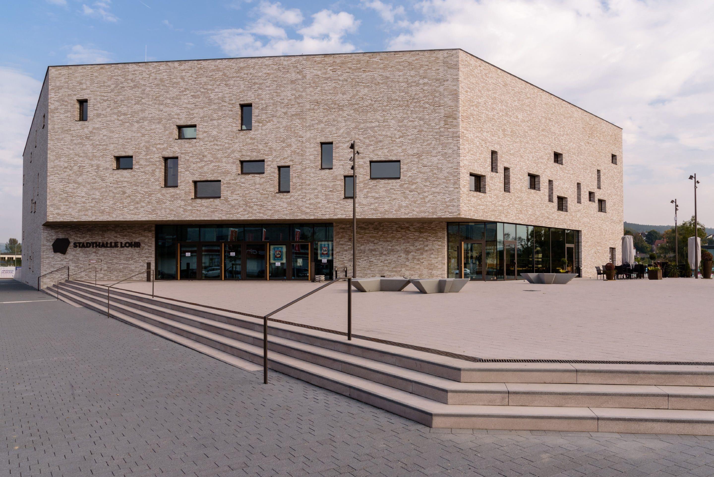 Metamorphose am Main: Die Eleganz der Stadthalle Lohr kommt erst durch das Verblendmauerwerk voll zur Geltung