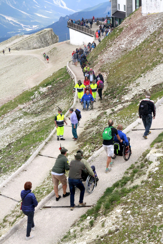 Mit Rollstuhl zum Gipfel des Kleinen Lagazuoi – Dank befestigter Wege und Rampen ist der Berg im Herzen der UNESCO-Dolomiten barrierefrei zugänglich