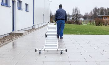Stufen statt Sprossen: Sicherer Aufstieg nach neuen Regeln  – Neue Stufenleitern der Günzburger Steigtechnik bestechen mit Plus an Arbeitssicherheit nach verschärfter TRBS 2121 Teil 2
