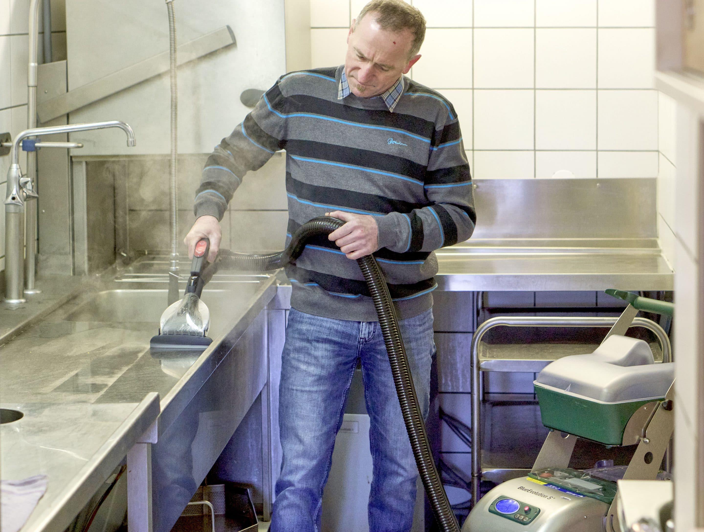 Blue Evolution XL: Damit  die Küche blitzsauber wird – Erlebnisgastronomie Ochs am Berg sorgt mit dem HACCP-zertifizierten Dampfsaugsystem von beam für Top-Hygiene