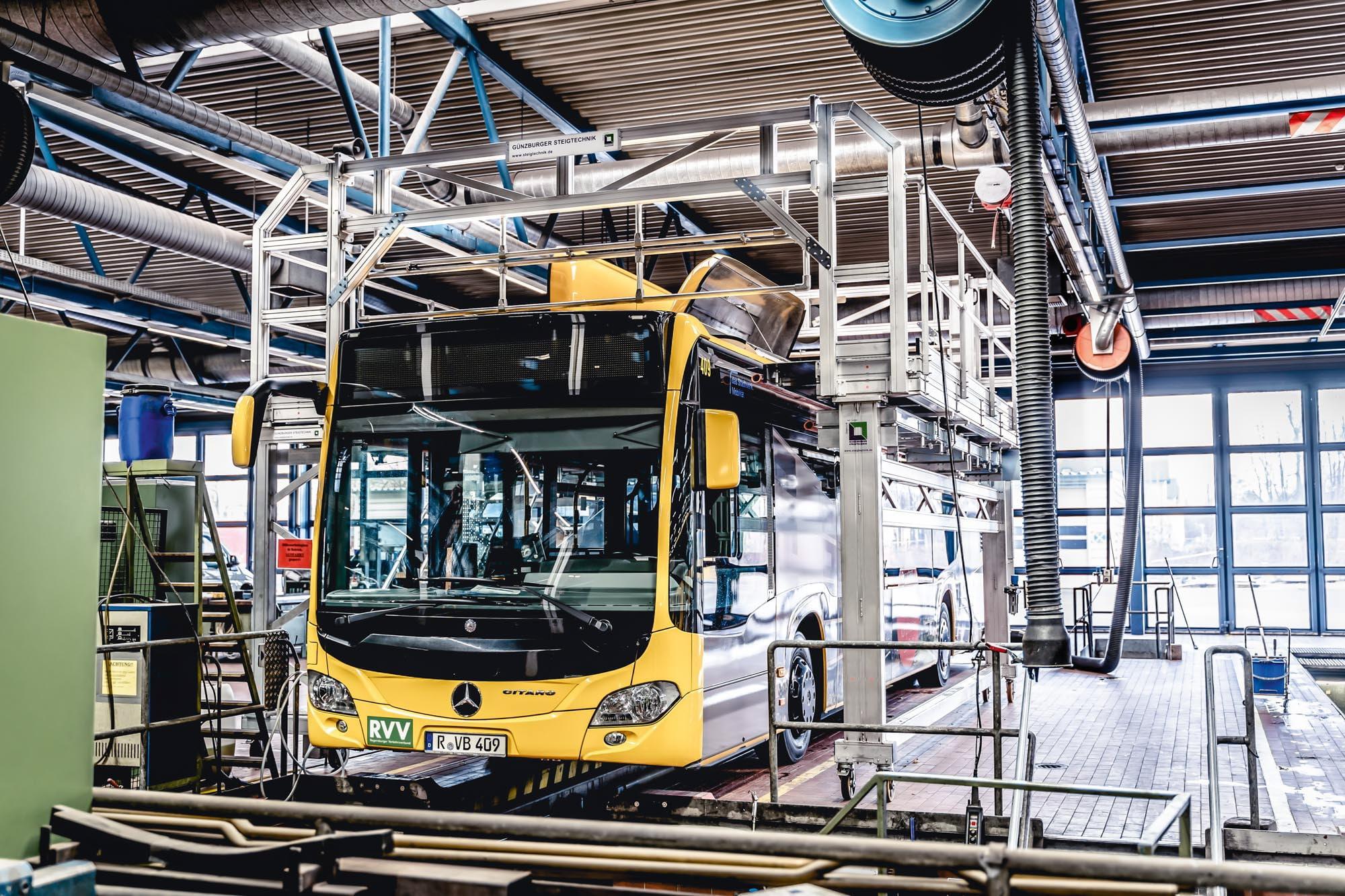"""Ein Plus an Effizienz und Sicherheit für die Wartung von Bussen –  """"das Stadtwerk.Regensburg"""" hält seine Busflotte mit einer maßgefertigten Dacharbeitsbühne der Günzburger Steigtechnik in Stand"""