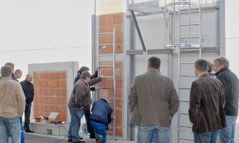 Fit für die Montage von Steigleitern – Steigleiter-Werktag bei der Günzburger Steigtechnik. Neu: Experten von Munk Service leiten umfassenden Praxisteil