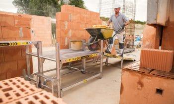 Wenn der Bauhandwerker zum FlexxWorker wird – Das patentierte Arbeitsdielen-System der Günzburger Steigtechnik sorgt für Sicherheit und Effizienz auf der Baustelle