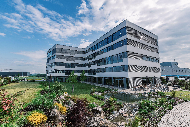 Jalousiekästen nach Maß für die perfekte Gebäudehülle – Passgenaue Systemkomponenten von JOMA sorgen bei neuem Bürogebäude von Betzold für Top-Wärmedämmung