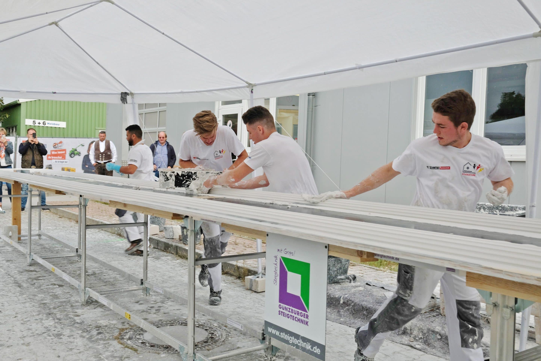 """Weltrekord – Stuckateure ziehen den längsten Stuckstab der Welt auf speziellen """"Zug-Tischen"""" der Günzburger Steigtechnik"""