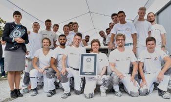 Stuckateure holen den Weltrekord – 104 Meter: Nationalteam und Auszubildende des Lehrbauhofs Berlin ziehen  den längsten Stuckstab der Welt