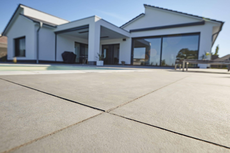Outdoor-Workshop in Burgstädt – Fortbildung der Fliesen Thomas GmbH über das Verlegen von ökologischen Terrassenbelägen aus Naturstein und Keramik