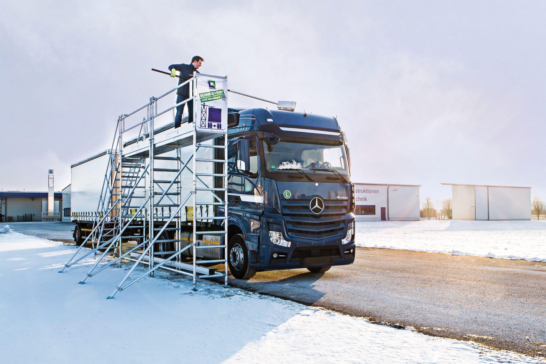 Vorsicht Eisplatte: Lösung aus Günzburg bannt die Gefahr  – Mit Enteisungsanlagen und -gerüsten der Günzburger Steigtechnik können Fernfahrer ihre Lkws von Schnee und Eis befreien