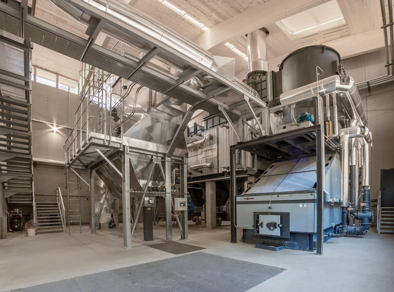 Von wegen Abfall – Bei Sarner Holz wandelt ein Biomassekessel Sägenebenprodukte in Wärme um