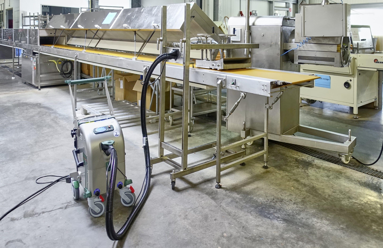 Reinigungspower von beam für die Süßwarenindustrie – Premiere auf der ProSweets: BEbelt und Blue Evolution XXL für die effiziente Reinigung von Förderbändern und Maschinen
