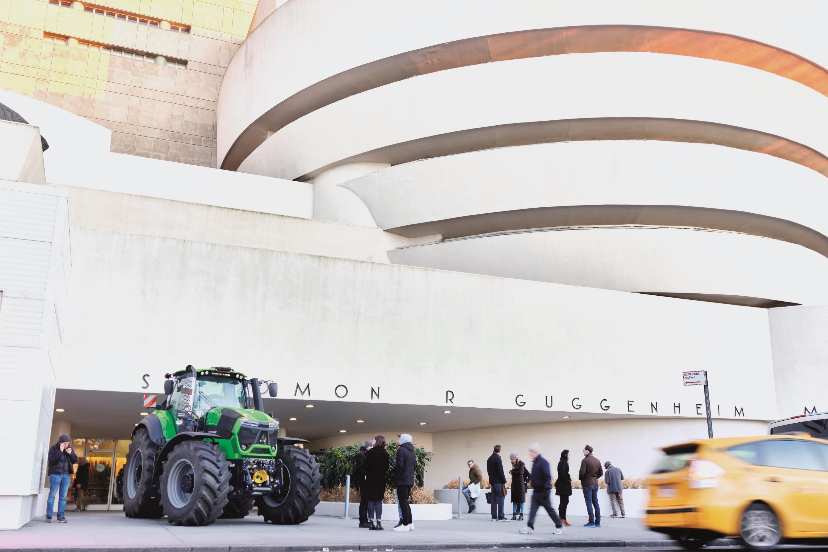 Ein Traktor auf der Fifth Avenue