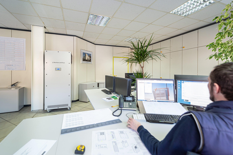 Bis zu 99,9 % weniger Corona-Viren bei sehr leisem Betrieb: Der Luftreiniger BerlinerLuft.Pure ist die ideale Lösung fürs Büro. Foto: BerlinerLuft.